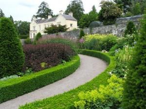 Anglická-záhrada-s-trvalkovými-záhonmi-300x225