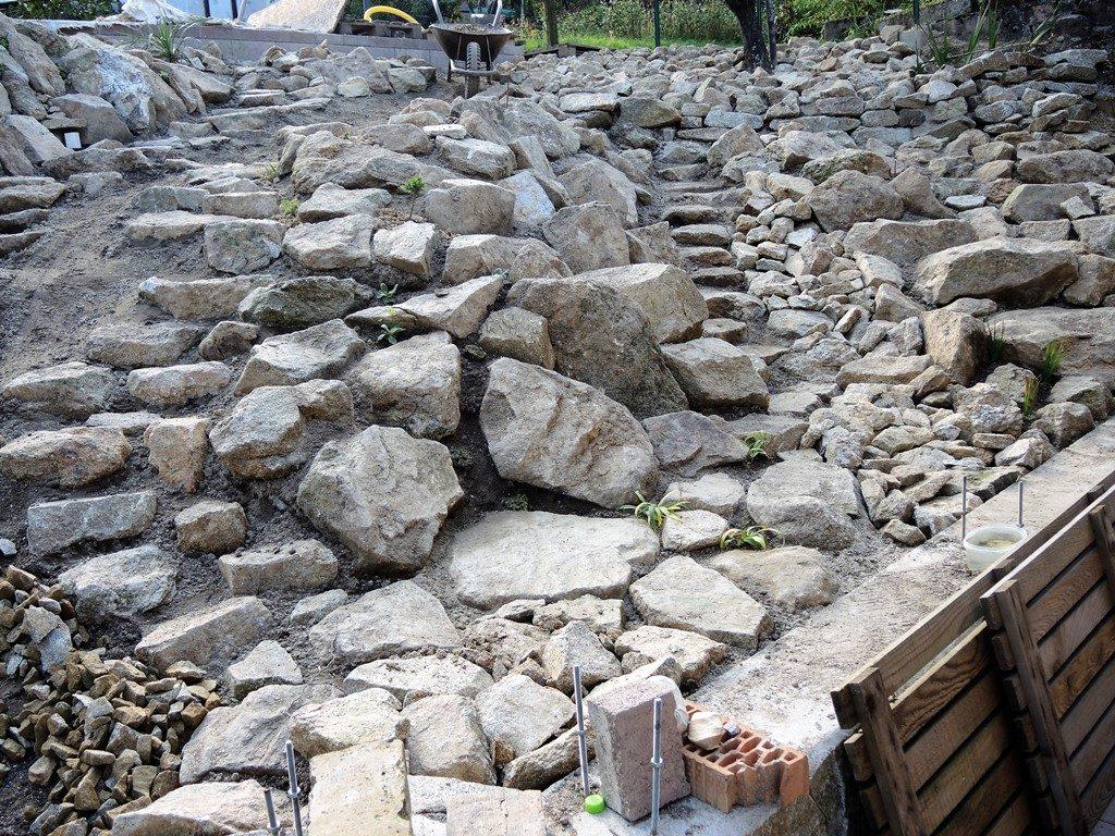 Budovanie-žulovej-skalky-na-veľkom-svahu-1024x768