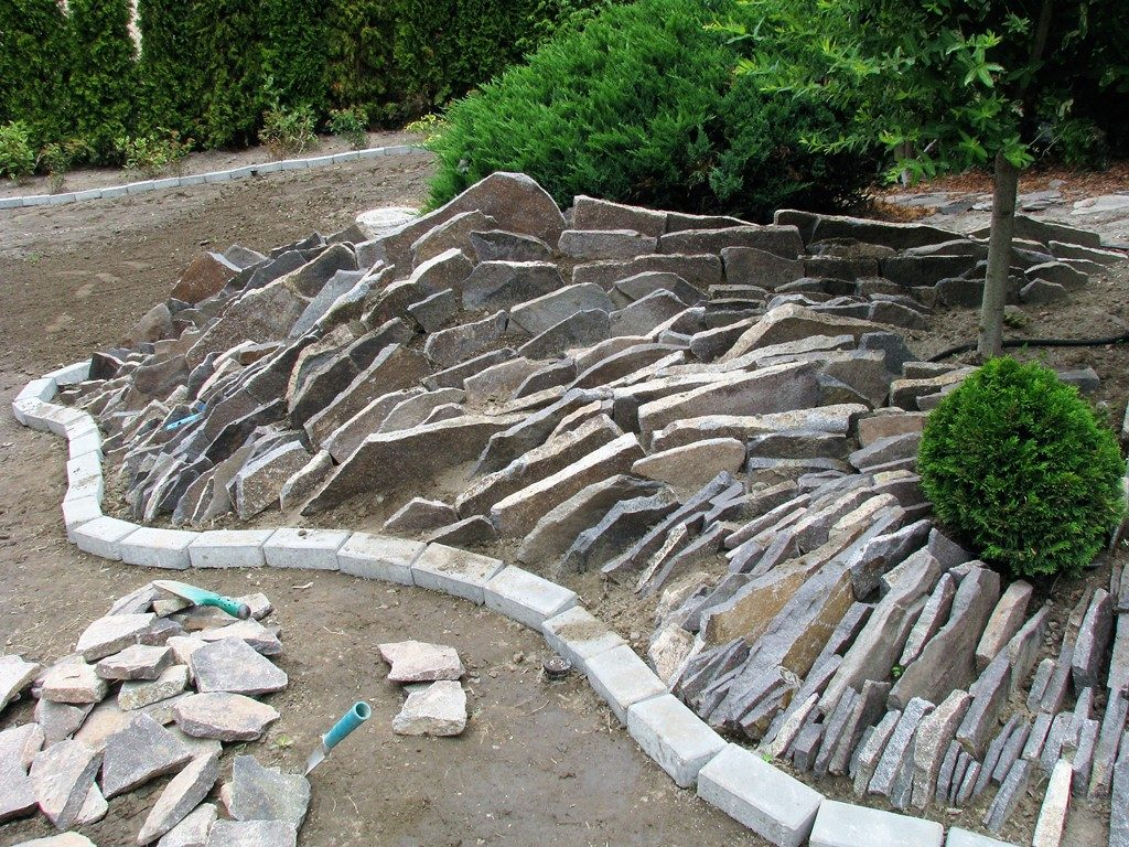 Budovanie-andezitovej-špárovej-skalky-1024x768