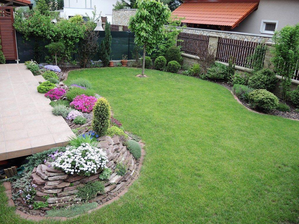 Malá-záhradka-pri-radovom-domčeku-so-zakvitnutou-skalkou-pozdĺž-terasy-1024x768