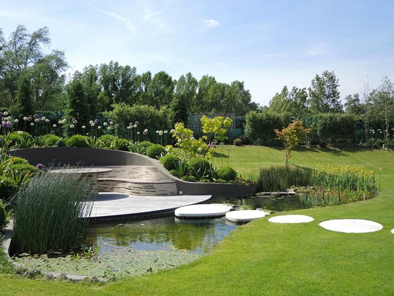 Posedenie-na-brehu-jazierka-dominuje-záhrade