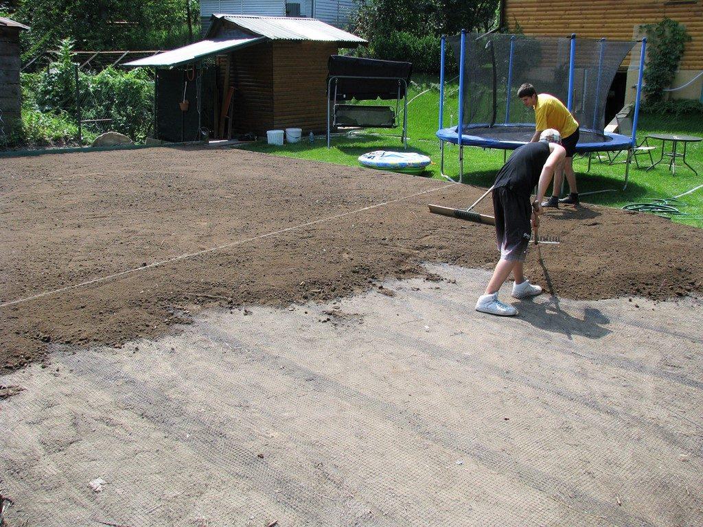 Príprava-podkladu-pod-trávnik-so-sieťou-proti-krtom-1024x768