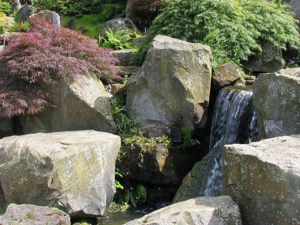 Skalka-z-veľkých-blokov-kameňa-s-padajúcou-vodou-pôsobí-prirodzene-1024x768