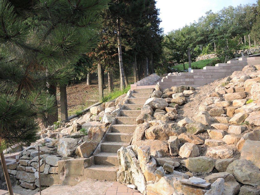 Stavba-žulovej-skalky-okolo-schodiska-1024x768