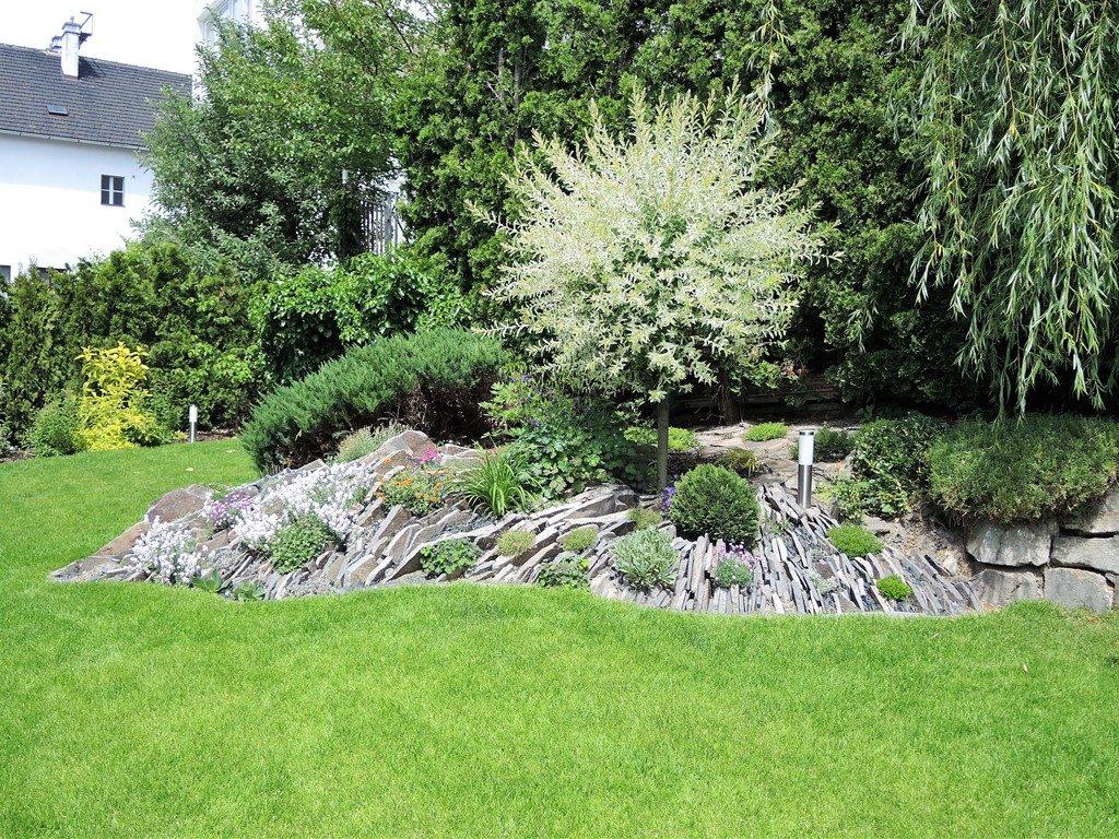 Záhrade-po-rekonštrukcii-dominuje-andezitová-špárová-skalka-1024x768