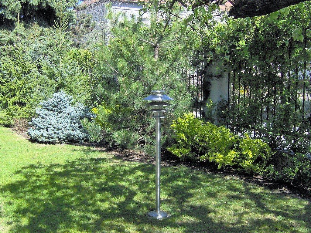 Záhradné-osvetlenie-umiestnené-v-trávniku-1024x768