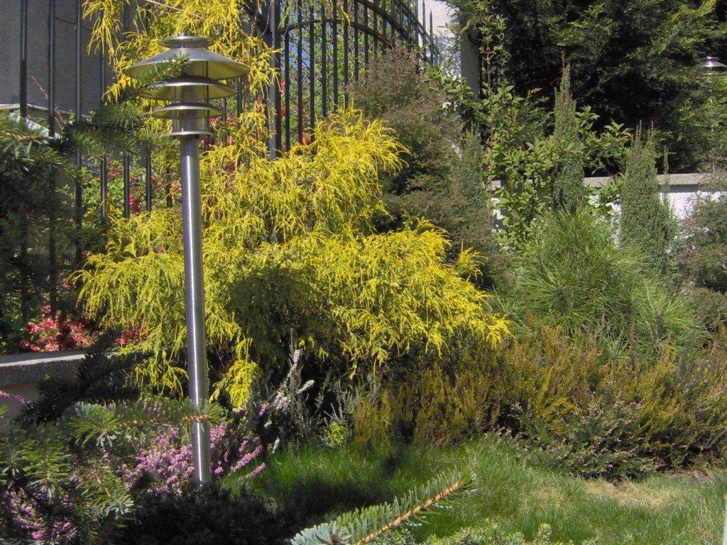 Záhradné-osvetlenie-umiestnené-vo-výsadbe-1024x768